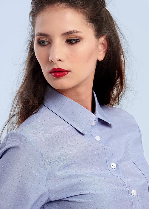 camasa albastra detaliata