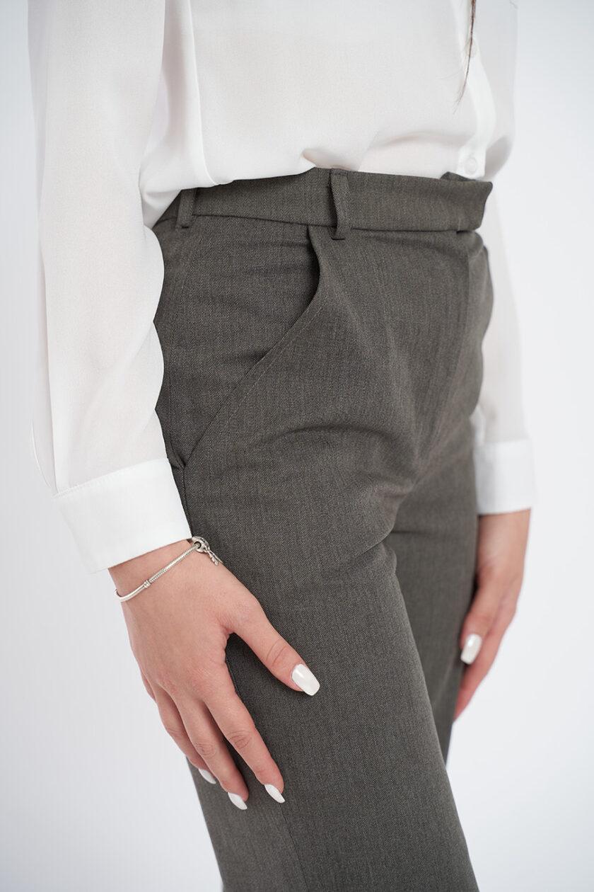 Alege un set compus din pantaloni gri, din bumbac și o cămașă clasică de culoare albă.