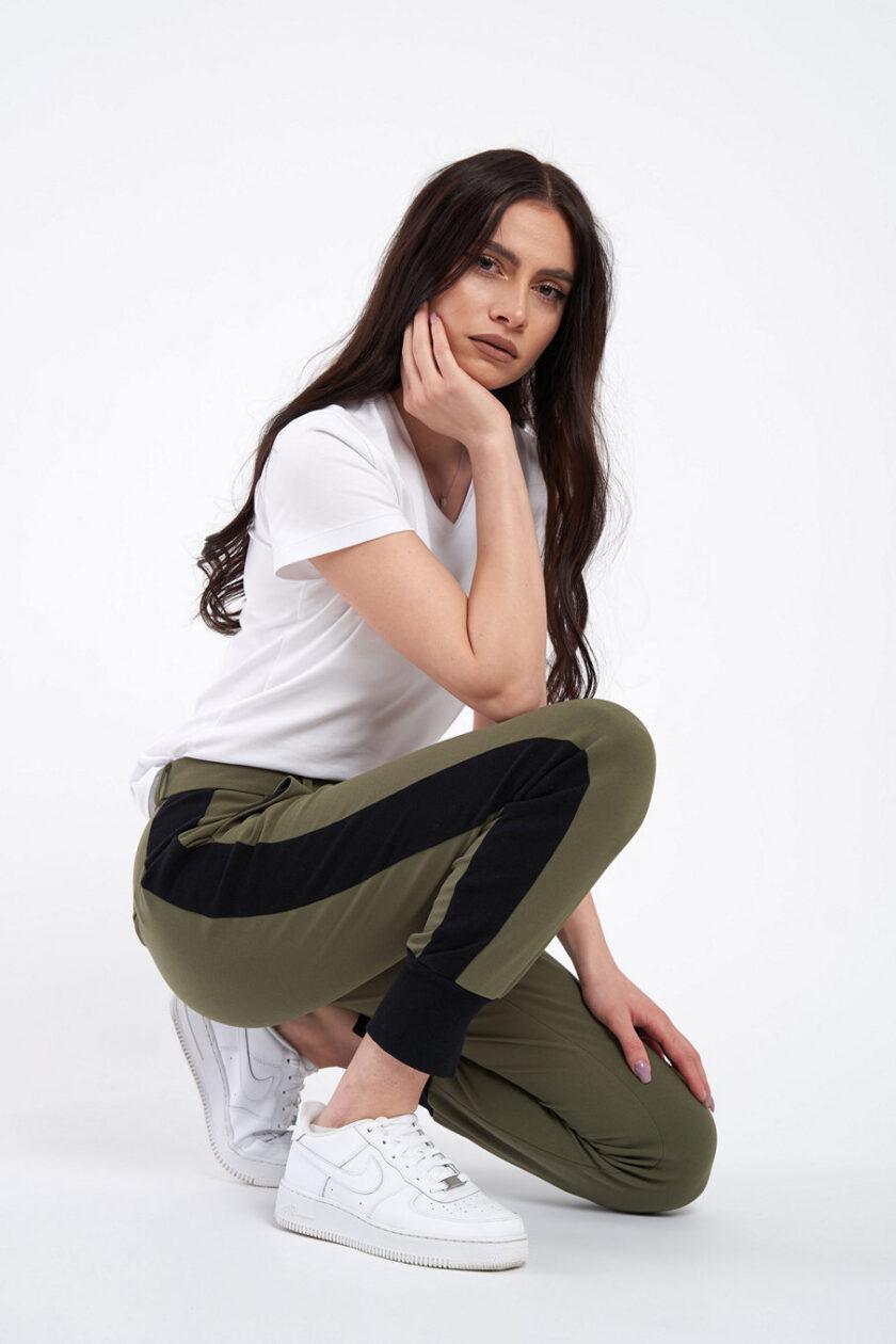 Pantaloni olive, extrem de confortabili, cu vipușcă și manșetă neagră. Pantalonul are o betelie normală ce se incheie cu un nasture ascuns.