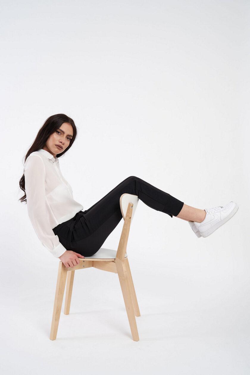 Pantaloni negri, extrem de confortabili, cu vipușcă și manșetă. Pantalonul are o betelie normală ce se incheie cu un nasture ascuns.