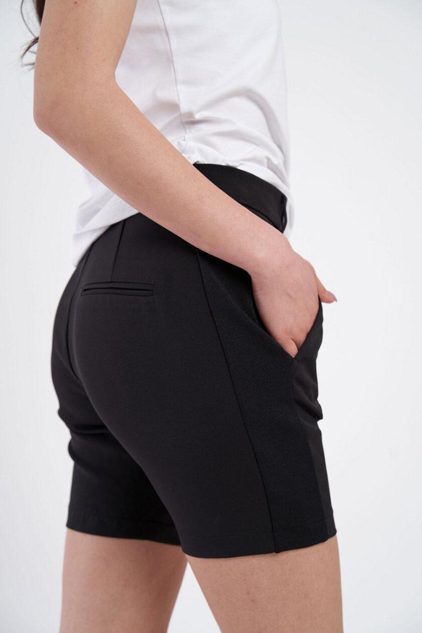 Pantaloni scurți negri, extrem de confortabili, cu vipușcă. Pantalonul are o betelie normală ce se incheie cu un nasture ascuns.