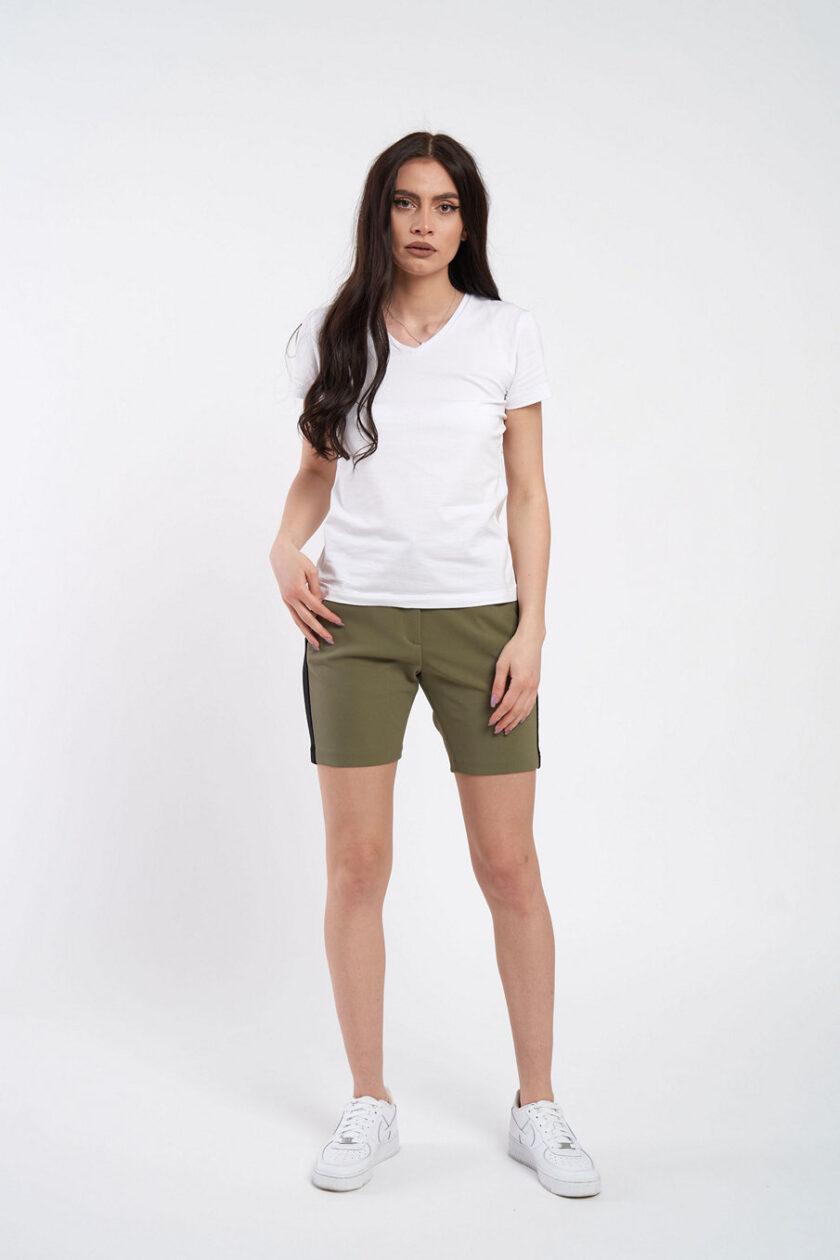 Pantaloni scurți olive, extrem de confortabili, cu vipușcă. Pantalonul are o betelie normală ce se incheie cu un nasture ascuns.